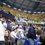 試合開始時には平日でも多くの観客が応援。激しい攻防がくり広げられました。