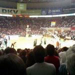 試合開始時には満員。観客ではなく全員が応援団という感じでした。