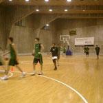 17~18歳クラブチームの練習。黒のTシャツの子でも185cmくらいあります。