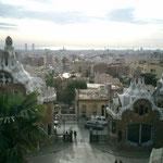 グエル公園から眺めたバルセロナ市内。手前のお菓子の家(?)もガウディの作品。遠くには地中海も見えました。