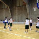 12~13歳クラブチームの練習風景。スクールと違ってみんな背が大きい。