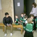 3~4歳のスクール後の様子。鈴木コーチ大人気。