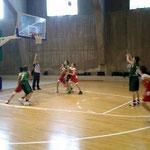スクールのチームの試合の様子。男の子に混ざって女の子も試合に参加していて、オフィシャルも2人だけでした。