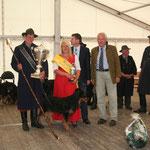 Sieger S. Holland mit dem VDL-Vorsitzenden C. Lauenstein und der Wollkönigin P. Eckert