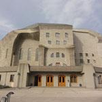 el famoso Goetheanum, templo para los antropósofos que aprenden el conocimiento espiritual de Rudolf Steiner
