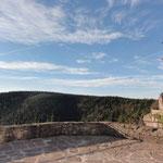 """... y a la izquierda la montaña más alta del legado Celta: el muro """"pagano""""... der höchste Berg mit der Heidenmauer"""