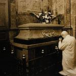 el Papa Juan Pablo II. en la tumba de la Santa Odilia / der Papst Johannes Paul II. am Grab der Heiligend