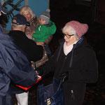 """Weihnachtsmarkt """"Lütt Wiehnacht"""", 12.12.2015, Heike verteilt Naschis"""