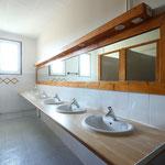 Salle-de-bain avec ses 6 douches et lavabos, une 2ème SdB se compose de 2 douches et 3 lavabos.