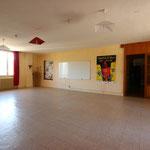 Salle de séminaire, chaises et tables disponibles