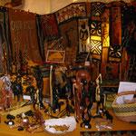 Statuettes en bronze, en ébènes, batiks, masques, colliers,...