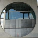 Nanja vor der Bundestagsbibliothek