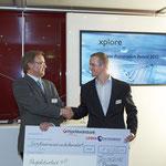 Herr Voggeneder, Löwen Entertainment, überreicht Herrn Löser auf der HMI einen Spendenscheck für den Förderverein der BBS 1