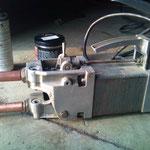 auf den kleineren 380V Stecker, und siehe da, es klappt :-) Das Ding funktioniert, die Elektroden habe ich geschliffen und mal schnell in das Dreibackenfutter geworfen :-) Schweißzeit und Stromstärke funktionieren perfekt :-)