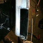 Das Selbstbaublech, welches ich dort, wo jetzt das Loch wieder ist, eingeschweißt hatte, war nicht gut genug. Also flog es raus, ein neues Stück aus einer 86er Tür kam anstelle des Eigenbaublechs rein.