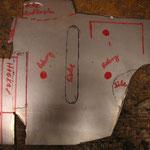 Dann habe ich sämtliche Maße, Wölbungen, Abkantungen etc drauf markiert und schon die ersten Ecken entfernt, um das Blech saube rbiegen zu können