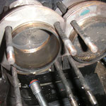 Den Zylinderkopf habe ich während dem anchrauben der Cup-Strebenhalter abgebaut, um den rechten Kolben+Zylinder zu tauschen. Mir ist da beim zusammenbauen des Motors nen blöder Federring vom Stehbolzen für die 2-Vergaser Saugrohre reingefallen.
