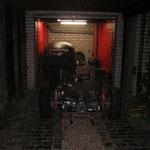 Karosse bleibt in der Garage so lange stehen, bis die Bodengruppe fertig ist, die Bodengruppe wird in der Halle gemacht