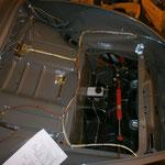Elektrik im Kofferboden.....mir fehtl ein kabel, das schwarz-rote für den Bremsschalter. Hab mich verkalkuliert.... :-/