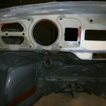 Das Loch für den Warnblinkschalter hatte ich zugeschweißt, der Schalter kommt hinter die Zusatzinstrumente