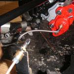 rechte Seite.......fehlen noch die Bleche zum Fixieren der Leitungen an der Bodengruppe