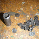 Die Gummidichtung habe ich auch noch schnell mit dem abgebildeten Eigenbauwerkzeug mit löchern versehen, anschließend mit Dichtmasse auf die Bodengruppe geKLEbt :-)
