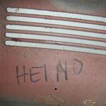 """nicht nur das der Vorbesitzer der verstümmelten Haube nen Hau weg hatte, indem er die seltenste Haube (nur ein Jahr so produziert, und dann noch als Cabrio !) verpfuscht hatte, nein, er schreibt noch """"Heino"""" auf die arme Haube...... ;-("""