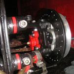 Bremsdruckeinsteler (für hinten), Konis vorne, Stahlflexbremsschläuche vorne (werden nachgeliefert), Bremsflüssigkeit, Gaszug, Handbremse und Handbremsseile.