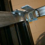 Ein paar Industriewinkel habe ich auch noch, die werden die Tischplatte (30mm Spanplatte) fixieren mittels Schlossschrauben