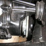 Das Getriebe sitzt nun mittlerweile auch schon an seinem Arbeitsplatz, doch die 4 Schrauben am vorderen Getriebelager sind falsch. Die hier haben SW 17, es müssen allerdings spezielle mit SW 15 montiert werden.