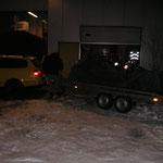 ...und auf den Autotransportanhänger laden, ebenso die Plane dadrüber, damit das Fahrgestell kein Salz abbekommt