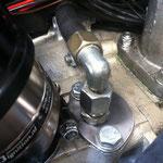 Den Edelstahlverschlussdeckel der mech. Benzinpumpe hab ich auch mal fix aus nem Stück Blech geschnitten und gebürstet mit 240er Korn.
