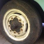 Die Reifen halten alle noch die Luft, Felgen sind auch alle identisch.