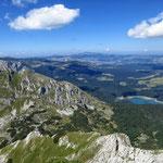 Вид с Савина Кука на Черное озеро, слева - Međed