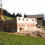 Wiederaufbau des Vieh- und Junghennenstalls nach dem Stallbrand am Dreikönigstag 1982