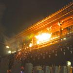 僧侶が松明を持って二月堂を走る