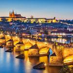 トワイライトブルーに包まれたカレル橋とプラハ城
