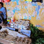 Curd (Büffelquark) Verkäufer Markt Trincomalee, Sri Lanka