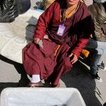 Mönche mit ihrer Fischbeute in Kangding