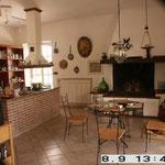 kleiner Esstisch mit offenem Küchenkamin