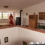 Arbeit- und Sitzplatz mit antikem Ofen