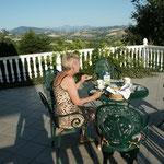 beim Frühstück mit Panoramablick