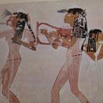 Les danceuses portent des ceintures de perles visibles sous l'étoffe diaphane de la longue tunique transparente.