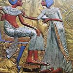 Toutankamon et la reine, son épouse. Le shenti est brodé, plissé et la collerette est en or avec plusieurs bijoux.