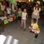 高宮サマーフェスティバル。子ども達向けに紙飛行機投げというゲームを企画しました。