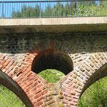 Pluwig. Krebsensbrücke. Kleinere durchbrochene Bögen reduzieren Gewicht und entlasten die Brückenpfeiler. (Blick von Schöndorf aus)