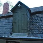 Pluwiger Hammer. Dachgaube mit Tür. Die Tür der Gaube ist bis zum Niveau des Dachbodens ausgeführt, so daß der Speicher von der Straße aus gut zu be- und entladen ist.