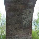 Pluwig. Krebsensbrücke. Unter der Brücke. Pfeiler aus Hartstein. Bogen aus Buntsandstein.