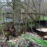 Pluwiger Hammer. Das geschlossene Wehr. Hinten links fließt die Ruwer. Vor dem Wehr der trockenliegende Hammerbach.