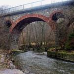 Pluwig. Krebsensbrücke. Ein Bogen aus Sandstein überbrückt die Ruwer. (Blick von Pluwig aus)